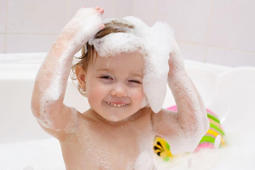 ما هي طريقة تنعيم شعر الاطفال الخشن طبيعياً